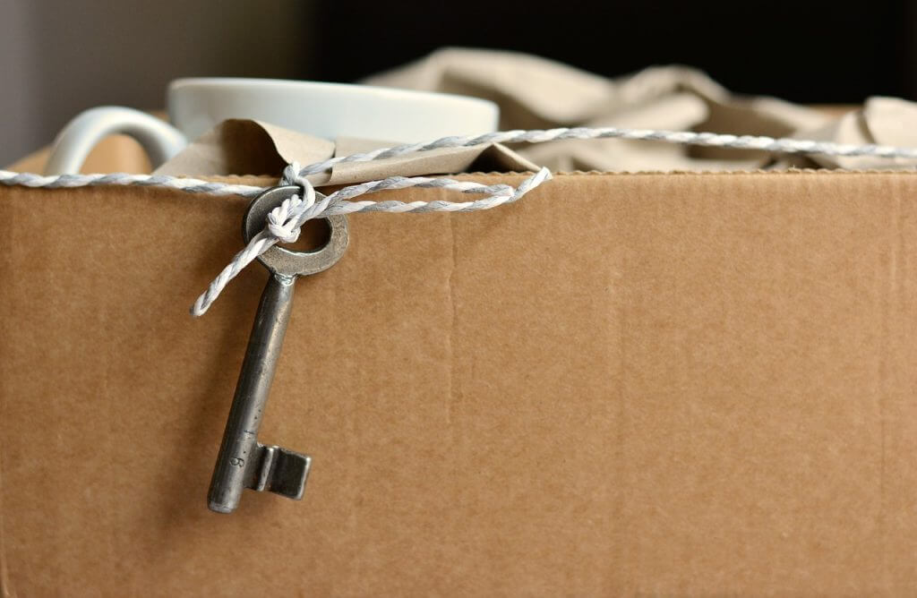 key tied onto moving box